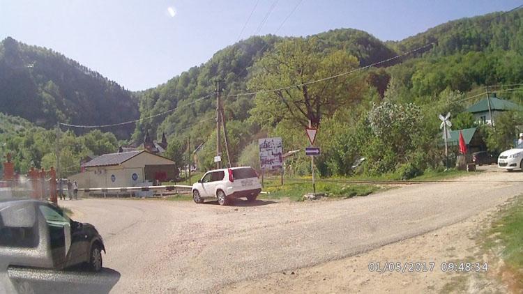 Поворот в поселке Гуамка на Сухую балку, памятник партизанам