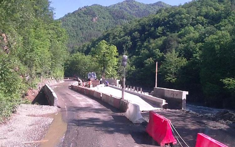 Ремонт дороги в Гузерипль у моста река Белая