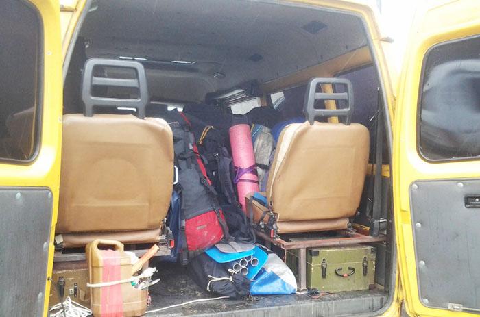Транспорт в горы, рюкзаки туристов в автобусе Газель